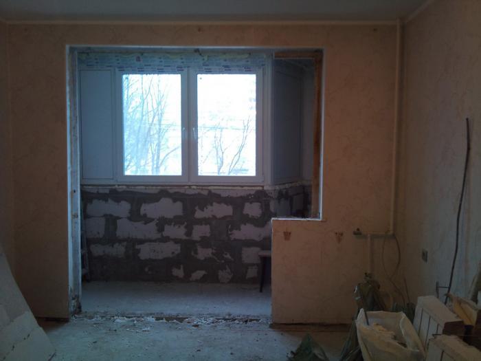 Совмещение балкона с комнатой - гост окно.